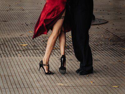 Pareja bailando tango en Buenos Aires